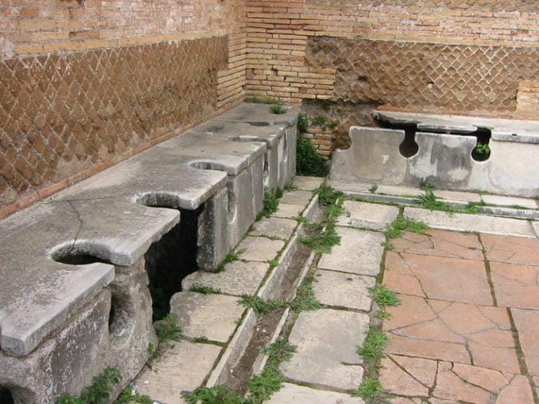 """""""Latrinas"""" públicas romanas en Ostia Antica."""