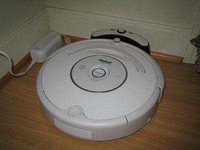 Roomba conectada a su estación base.