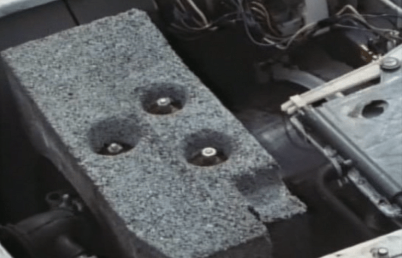 Peso de cemento en una lavadora del siglo XX.